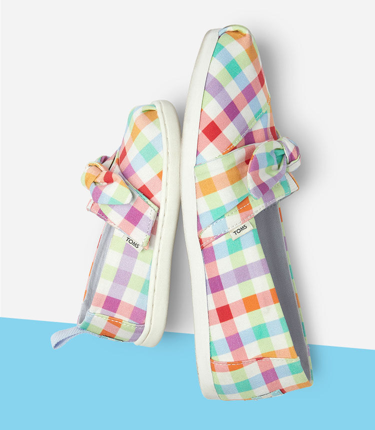 Women's and kids Alpargatas matching plaid bow styles shown.