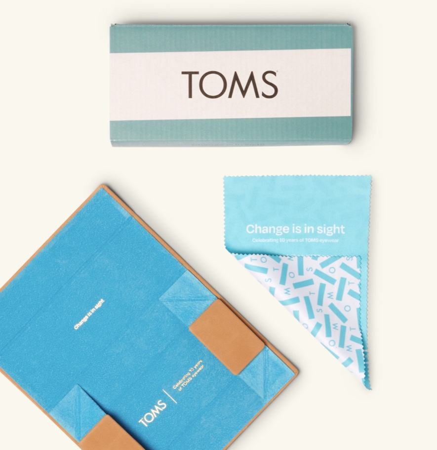 Packaging, sunglasses case, and microfiber cloth shown.